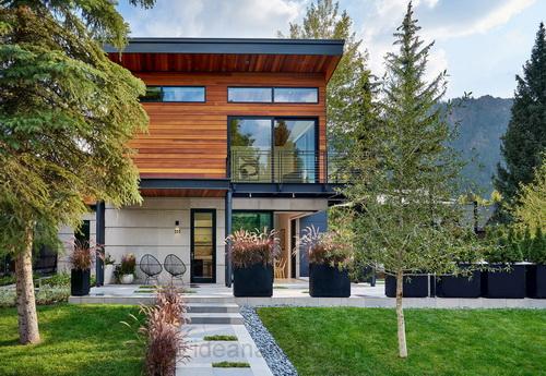 แบบบ้าน 2ชั้น สไตล์คอนเทมโพรารี่ แบบบ้าน ครึ่งปูนครึ่งไม้ ที่มีแนวของเหล็กไอบีม โครงสร้างสีดำตัดกับผนังไม้และปูนให้โดดเด่น