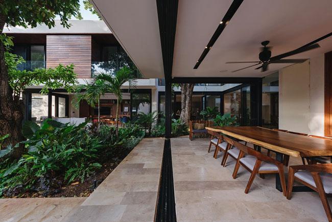 บรรยกาศห้องรับประทานอาหารบ้านสวยในสวน