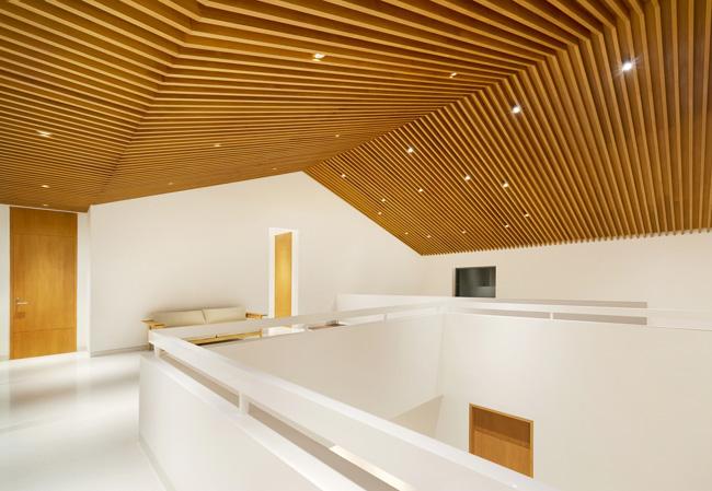 บ้านทรงโมเดิร์นสวยๆ มีฝ้าเพด้านไม้ตีเป็นระแนงยิ่งทำให้
