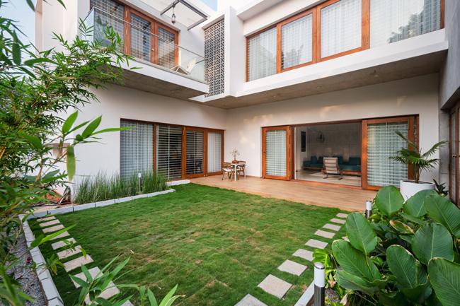 บ้าน2ชั้น จัดพื้นที่เป็นสวนบริเวณกลางบ้านเพื่อระบายอากาศ
